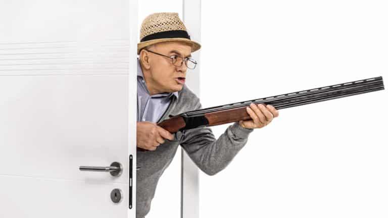 Un anciano con una escopeta. © Shutterstock