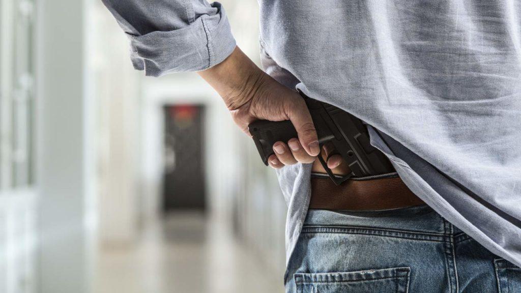 Hombre con una pistola oculta. © Shutterstock
