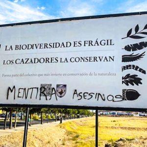 Pintan un mensaje de odio animalista en una valla publicitaria que promociona la caza en Badajoz