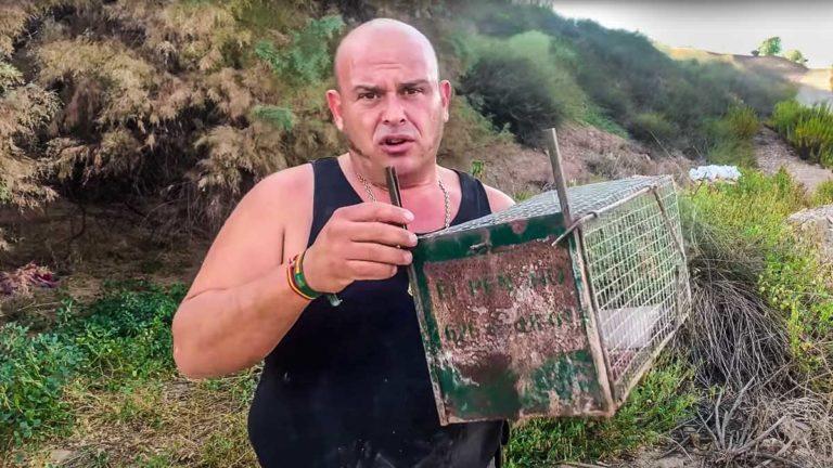 El Pencho, con una jaula similar a las que le han robado. © YouTube