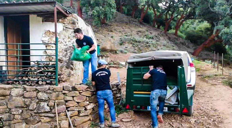 Cazadores entregan 1.700 kg de cereal y un bebedero a pastores afectados por el incendio de Málaga