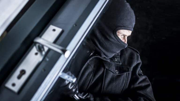 Ladrón entrando en una casa