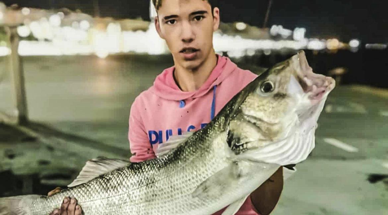 Un joven pesca una enorme lubina de más de 6 kilos en Santander
