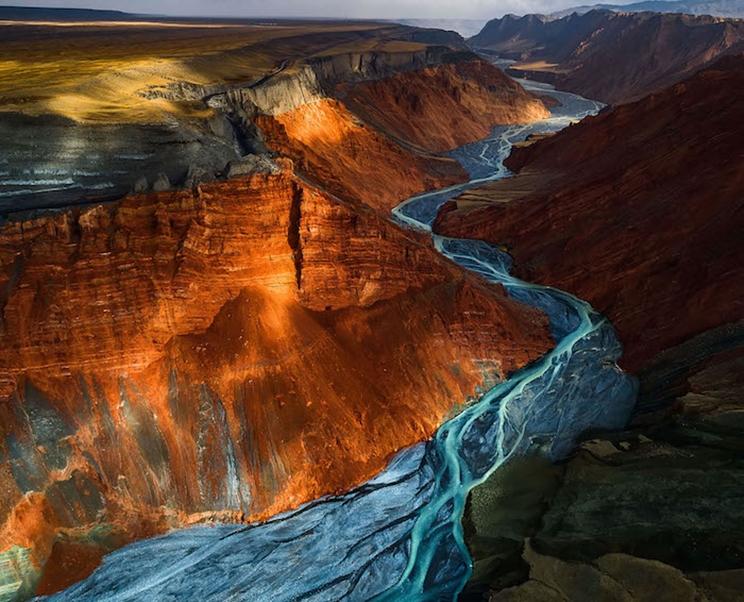 La luz del sol se asoma a las capas minerales de diferentes colores en el Gran Cañón de Dushanzi, China. / Fotografía: Infobae