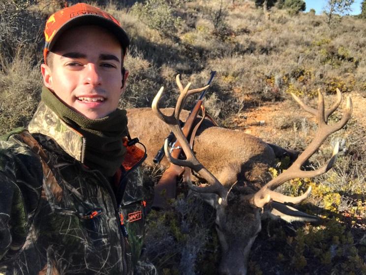 Un joven de 18 años caza un gran ciervo en Soria