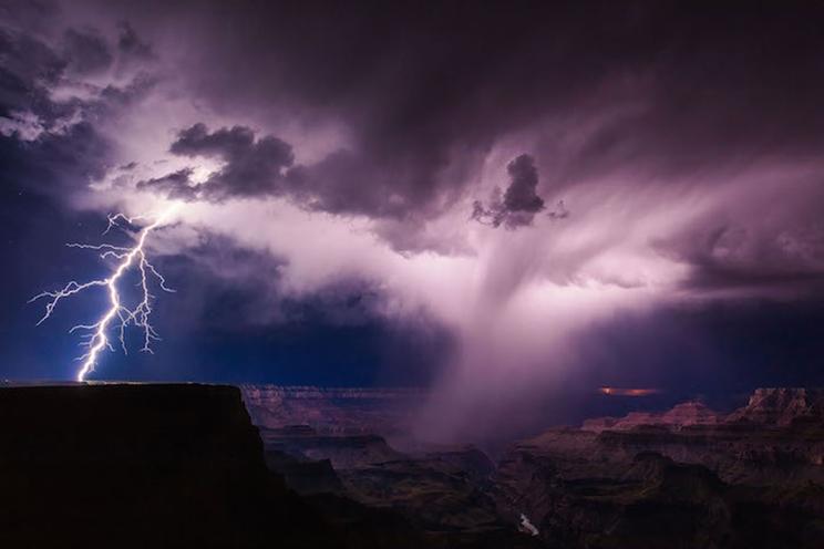 Una tormenta eléctrica de verano desata relámpagos en el borde sur del Gran Cañón. / Fotografía: Infobae