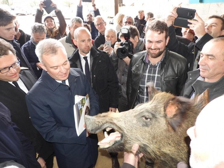Agricultores franceses regalan un trofeo de jabalí al Ministro de Transición Ecológica