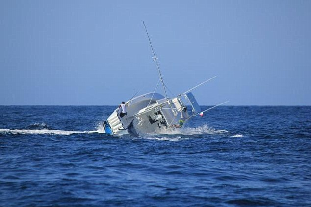 La situación empeora cada vez más. Varios integrantes ya han caído al agua / Foto Daily Mail