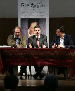 Patxi Andión (izq), el director general de Cultura, Javier Morales, junto a Santiago Ballesteros, autor del libro Víctor Ballesteros. / Foto: latribunadetoledo.es