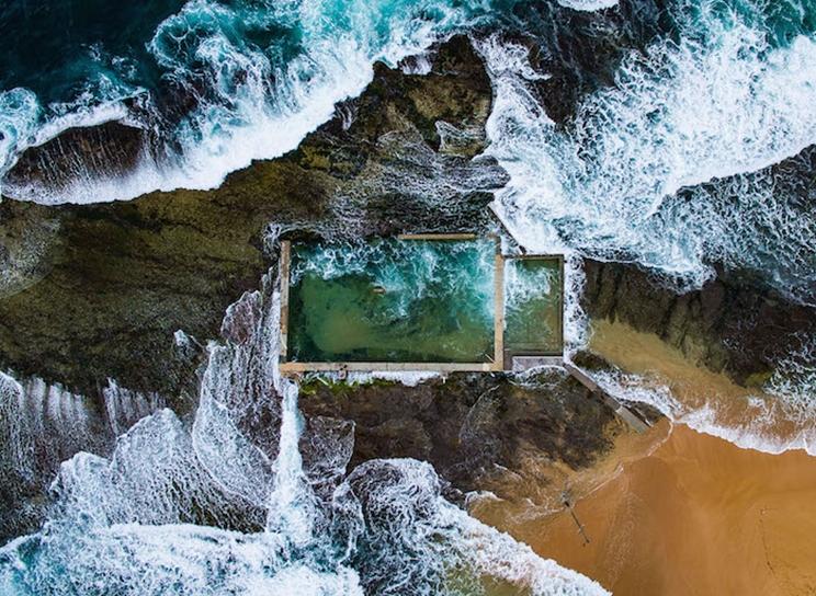 En Sydney, Australia, el Océano Pacífico, durante la marea alta, rompe sobre una piscina natural de rocas ampliada en la década de 1930. / Fotografía: Infobae