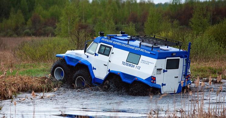 Este bestial vehículo anfibio ruso tiene tracción ¡a las 8 ruedas!