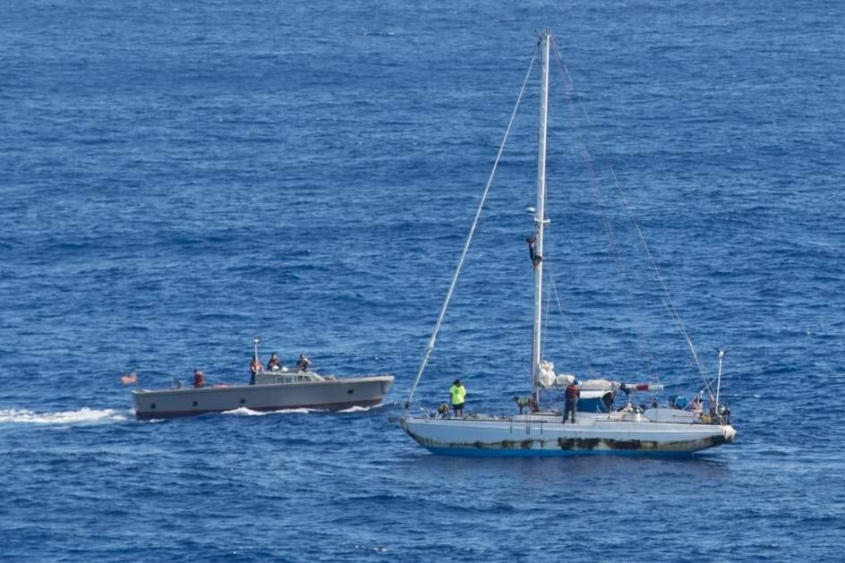 Velero rescatado por la marina / Fotografía: EFE