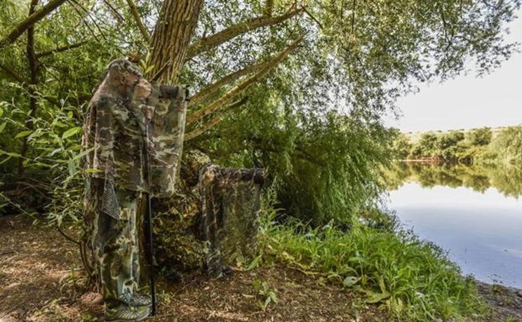 Dos aficionados a la fotografía de naturaleza, ataviados para confundirse con el paisaje / Fotografía: ARNELAS