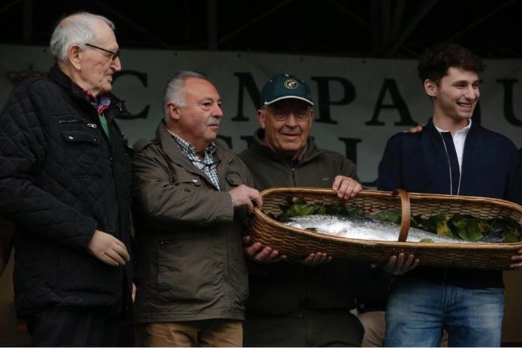 Subastan por 11.900 euros el primer salmón pescado este año en Asturias