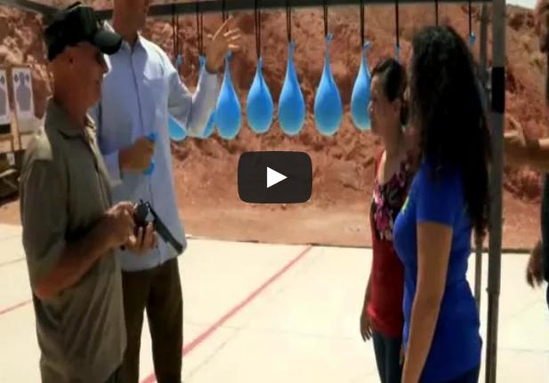 ¿Cuántos globos de agua hacen falta para detener una bala?