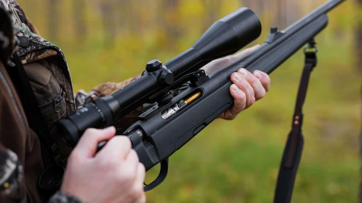 cazador carga un rifle durante una jornada cinegética accidente disparo pie monteria