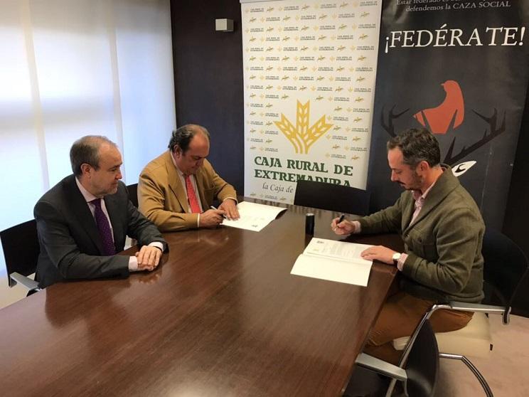 Caja Rural de Extremadura y la Federación Extremeña de Caza firman un convenio de colaboración
