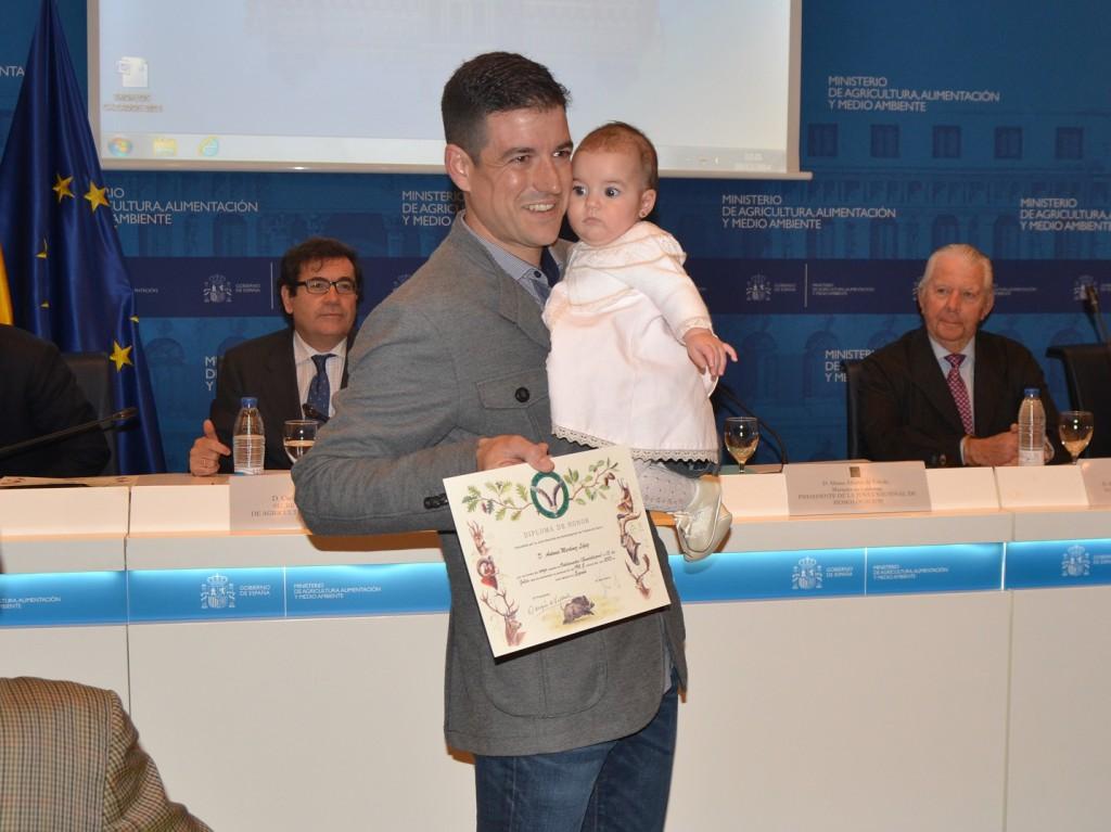 Antonio Martínez López recogiendo el Diploma a mejor corzo en abierto 2013 cazado en la Provincia de Guadalajara y que alcanzó una puntuación de 190,5 puntos.