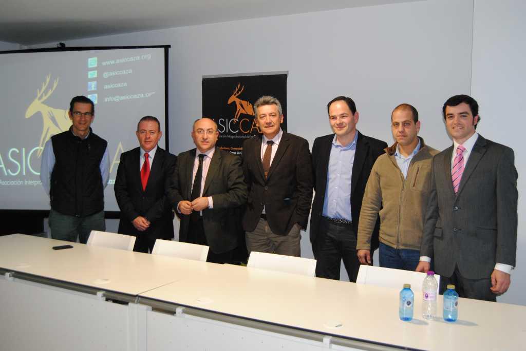 El presidente (3i) junto a los miembros de la nueva Junta Directiva y el gerente de ASICCAZA.