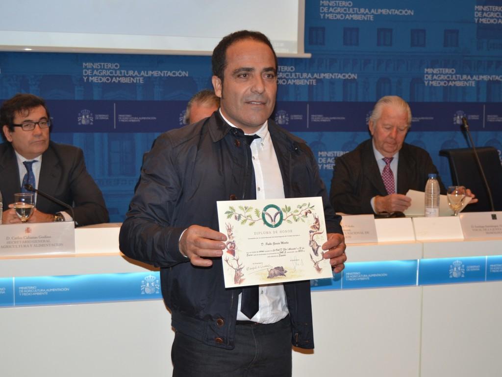 Pablo García Martín recogiendo el Diploma a mejor Arrui 2013, cazado en La Vall d'Ebo (Alicante) y que dio 340,5 puntos.