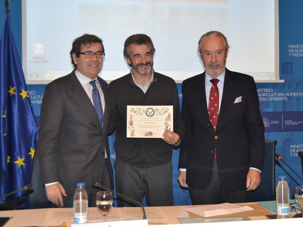 En el centro de la foto, Guillermo Palomero, Presidente de la Fundación Oso Pardo, quien recogió el premio.