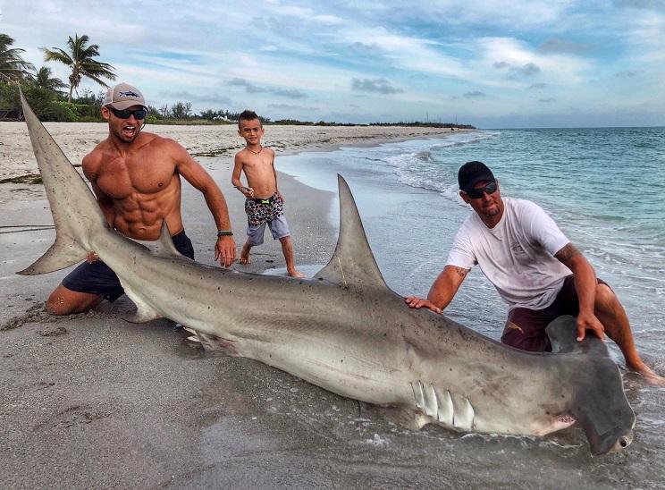 Este pescador de tiburones arrasa en las redes sociales… y no por sus capturas