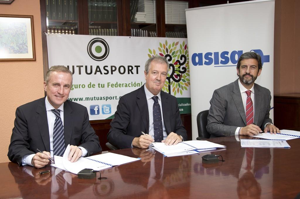 delegado de ASISA en Madrid, Dr. Luis Mayero (en el centro), junto a José María Mancheño (derecha), presidente, y a Javier Vergés (izquierda), director gerente de Mutuasport.
