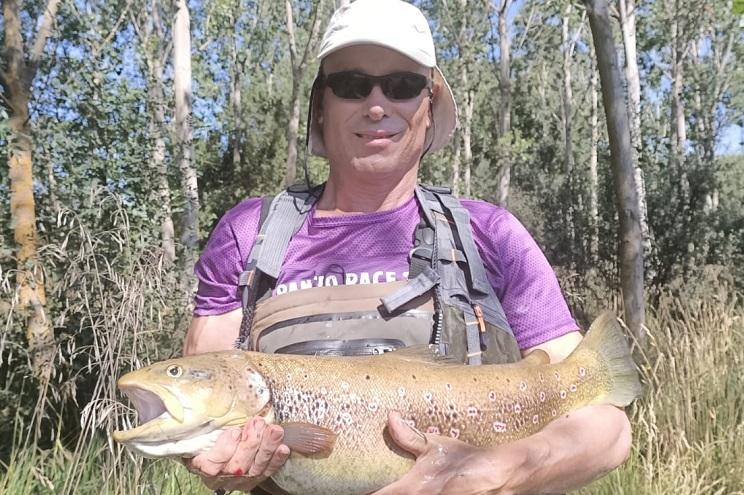 Pesca un 'truchón' de 72 centímetros y más de 6 kilos en el Tormes