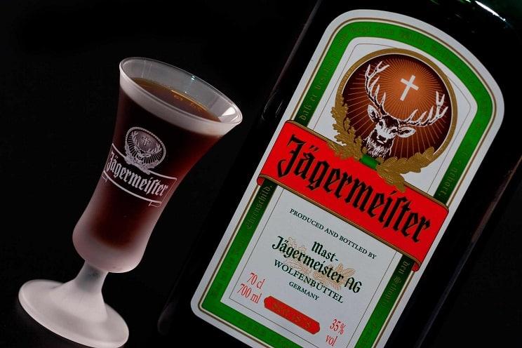 Este es el mensaje pro-caza que llevan todas las botellas de Jägermeister
