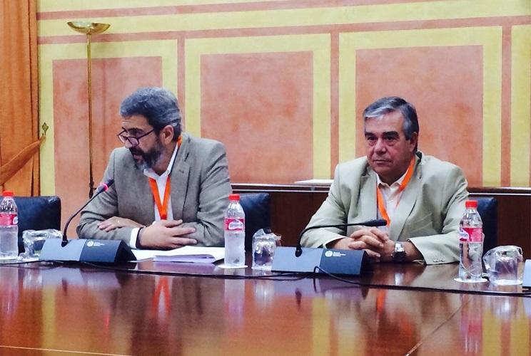 José María Mancheño junto al secretario general de la FAC, xxx, durante su intervención. / FAC