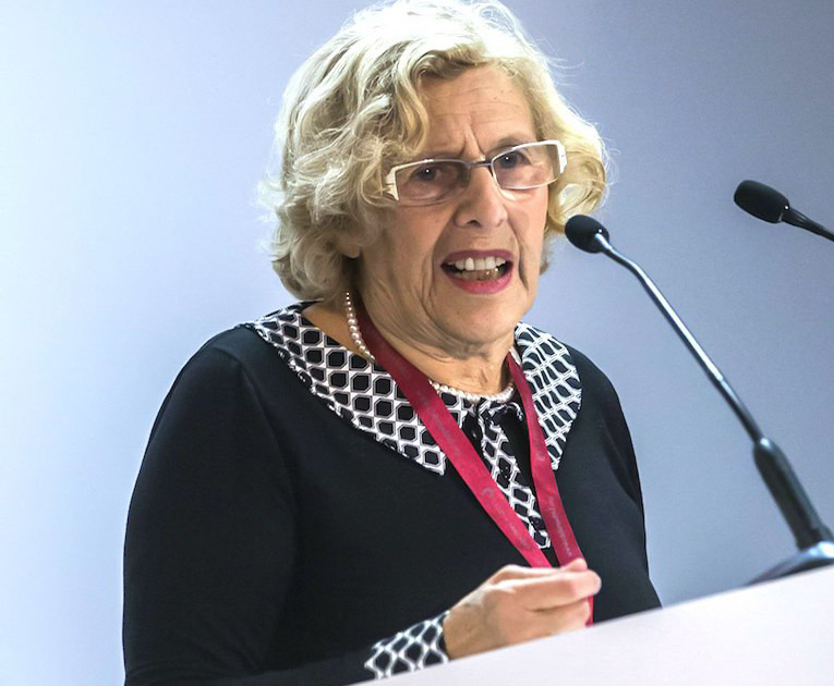 Manuela Carmena habalndo