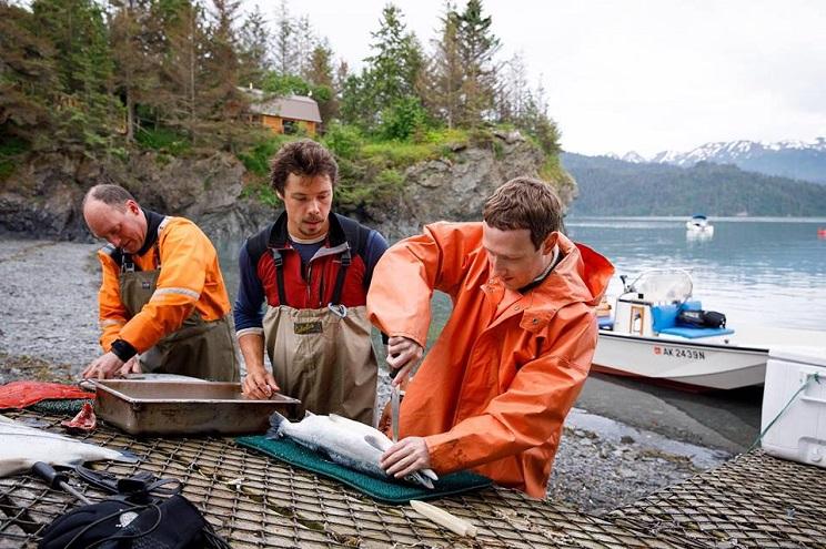 Mark Zuckerberg aparece en Facebook pescando y preparando sus capturas