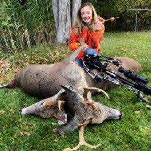 Una adolescente de 14 años caza dos ciervos con una sola flecha