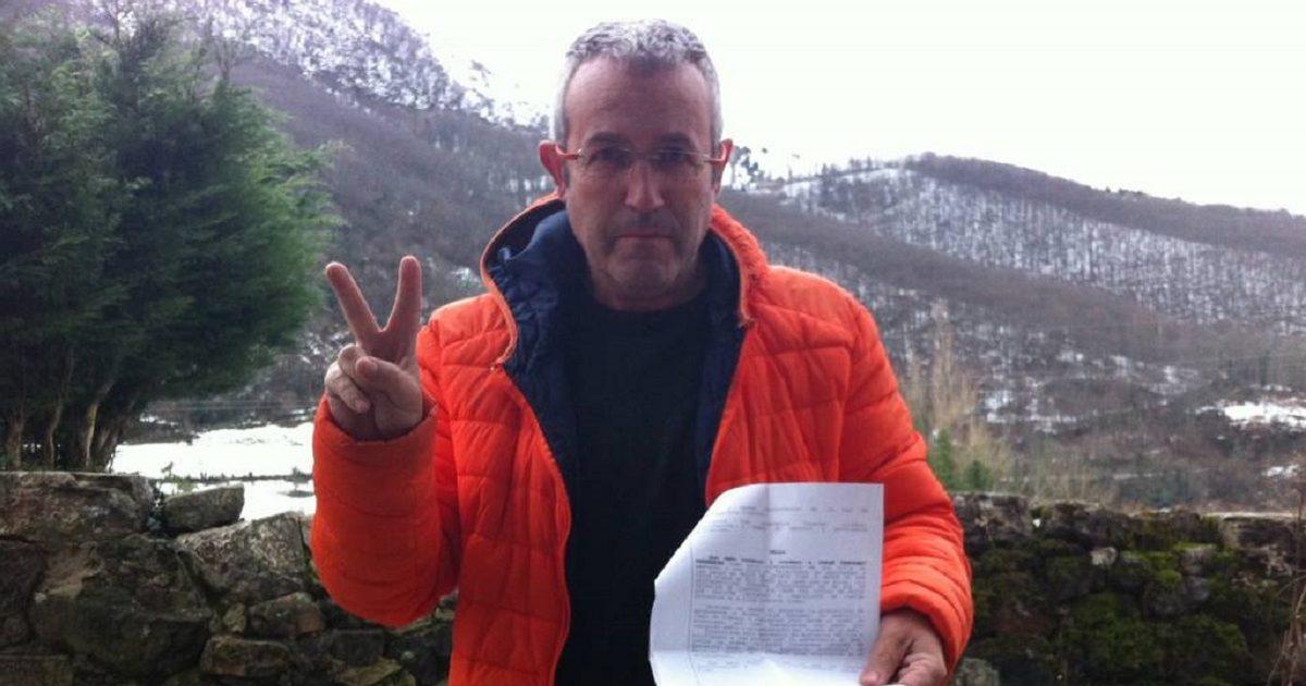 MIchel Coya, denuncia de aniamlistas y gesto con dos dedos v de viva la caza