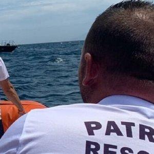 Buzos y amigos buscan a un submarinista desaparecido el lunes en Cádiz
