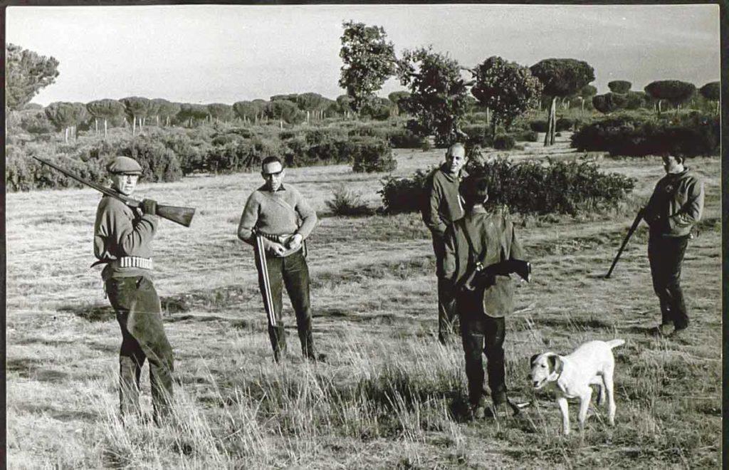 APERTURA-Miguel Delibes Setién con su cuadrilla antes de iniciarse una de las cacerías en Villanueva de Duero (Valladolid) (1964). ©Fundación Miguel Delibes