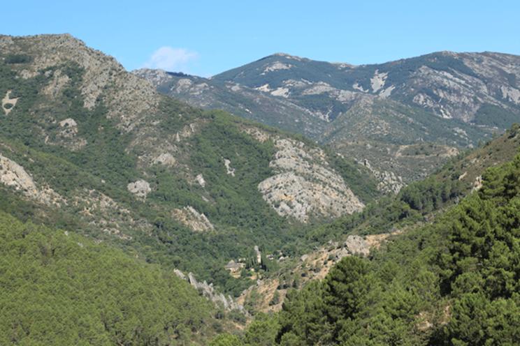 El monasterio de Las Batuecas, escondido al fondo del valle del mismo nombre / Fotografía: www.noticiascyl.com