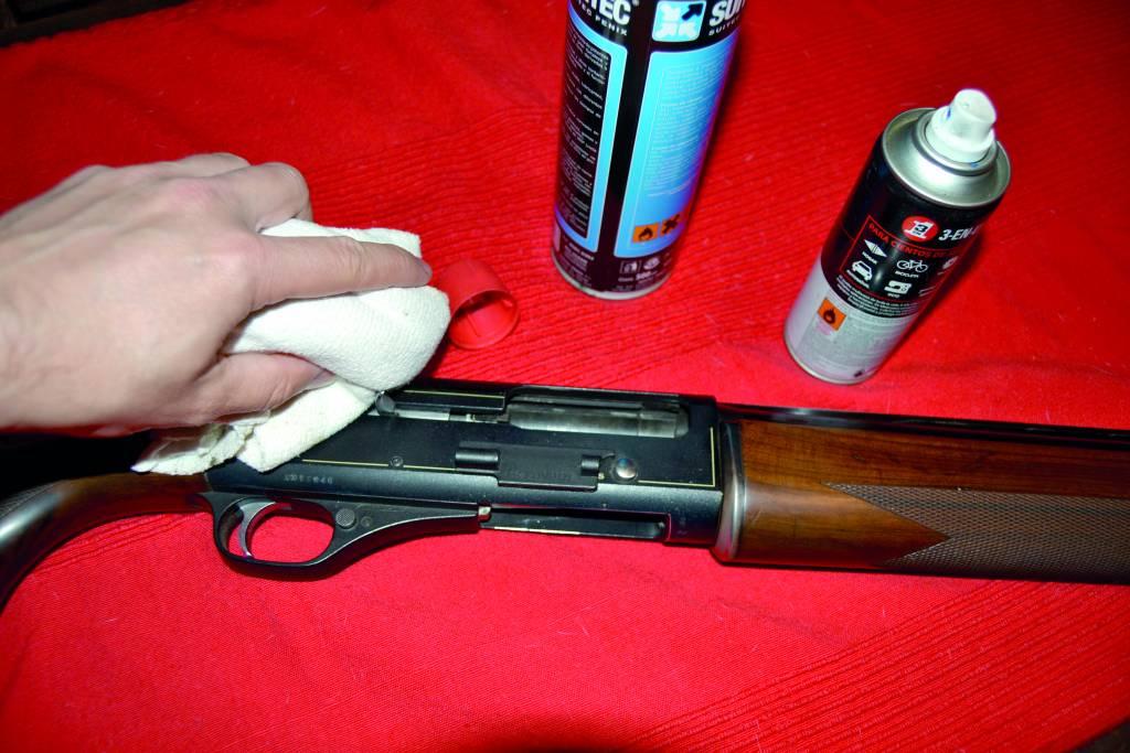 Engrasa cada pieza del arma.