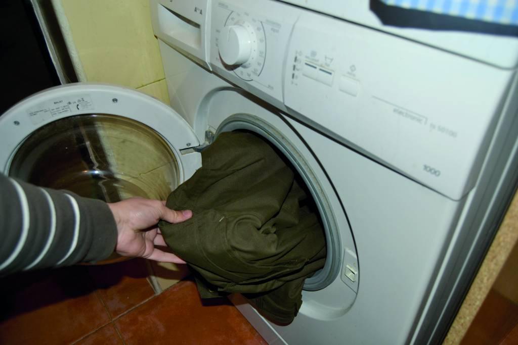 ropa en la lavadora.