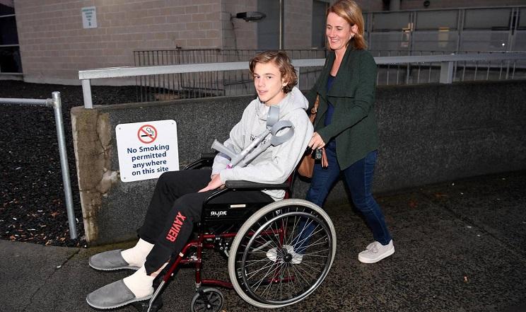 El joven de 16 años Sam Kanizay junto a su madre en el hospital de Dandenong, cerca de Melbourne (Australia), este martes / Fotografía: Joe Castro