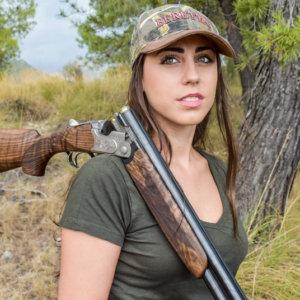 Cientos de animalistas acosan y desean la muerte de una joven cazadora