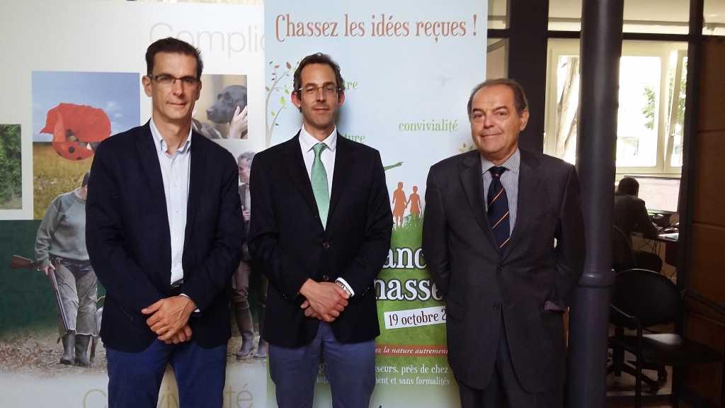 En el centro, el secretario general de FACE, Filippo Segato. La ONC estuvo representada por Luis Fernando Villanueva, izquierda, y Jorge Gabernet, derecha, durante la reunión mantenida en París el pasado jueves.