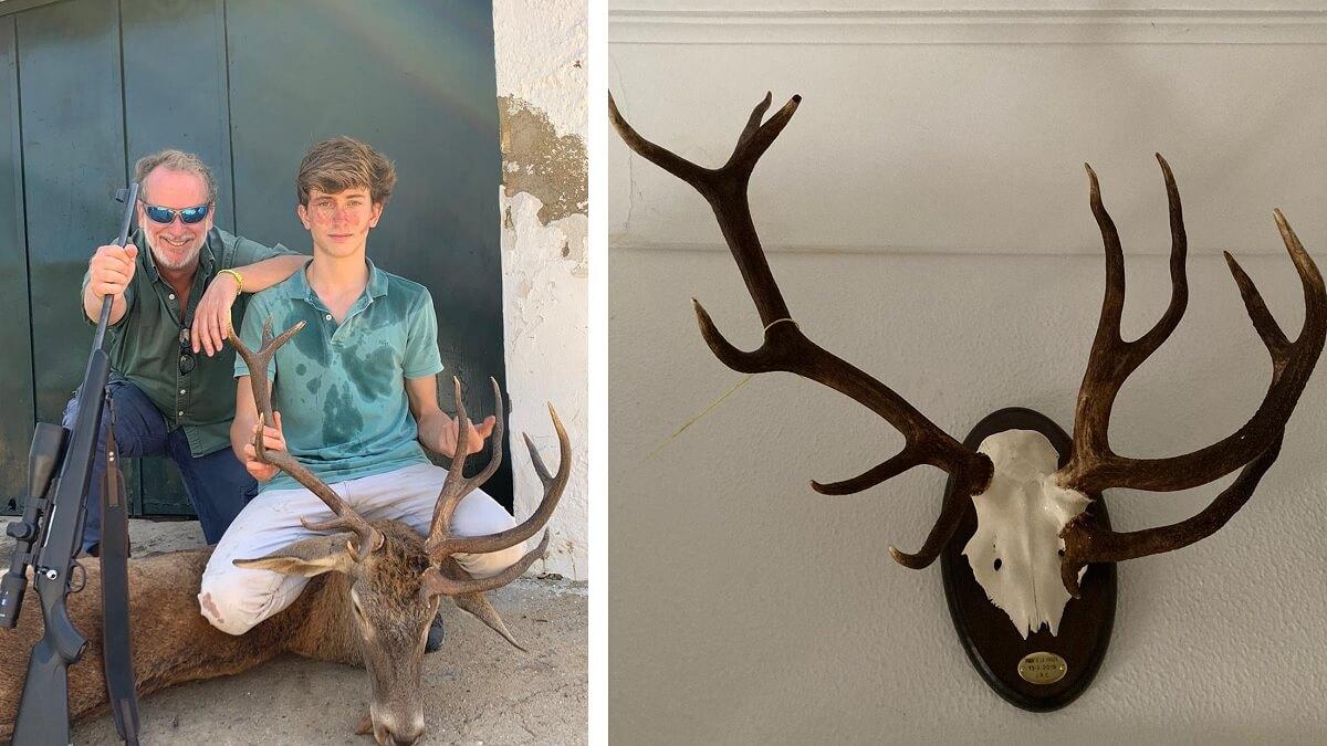 Un joven caza un ciervo con un inusual y extraño trofeo