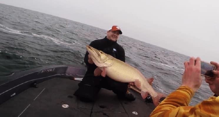 Pesca un colosal lucio de casi 25 kilos y graba en lance en vídeo