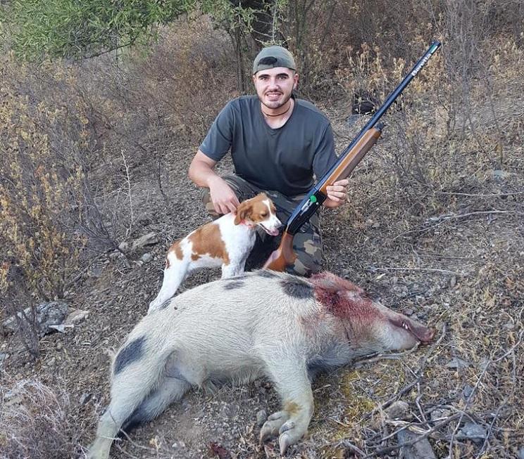 Va de caza menor y se le arranca un jabalí blanco con manchas negras
