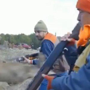 Un corzo da un susto de muerte a estos dos cazadores