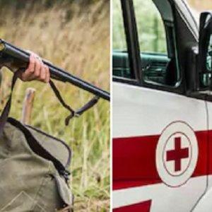 Un anticaza golpea a un cazador en la cabeza y persigue a otro con el coche