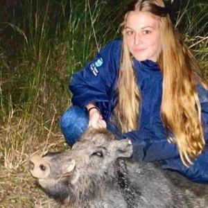 Una joven de 16 años caza al salto su primer jabalí con una semiautomática del 12