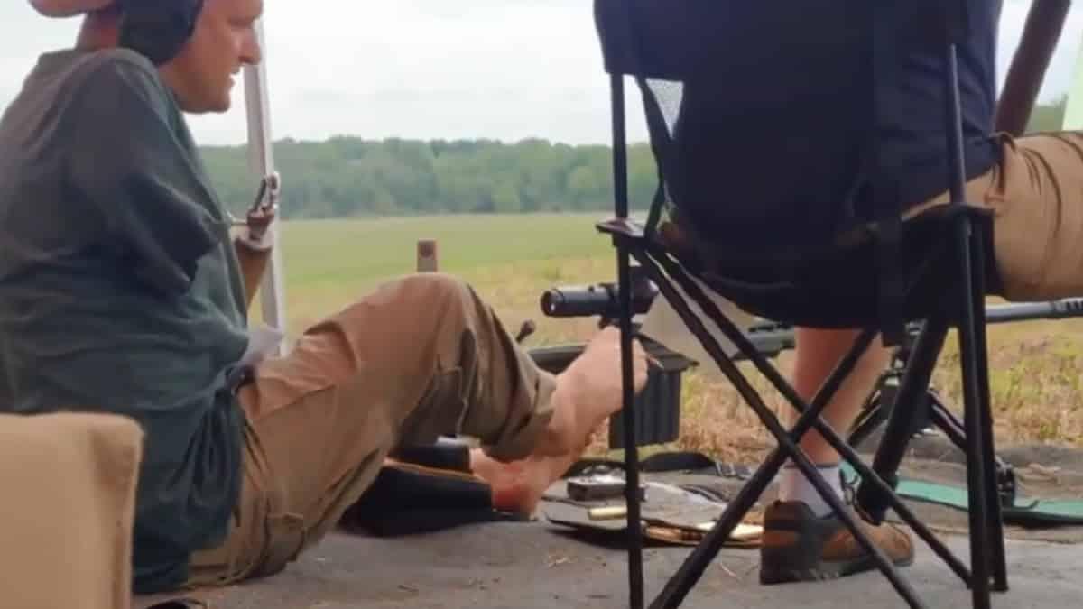 El vídeo de un hombre sin brazos que dispara un rifle en un campo de tiro