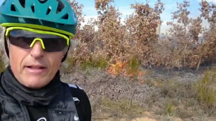 Jesús Calleja se graba en vídeo mientras varios fuegos arden a sus espaldas en León